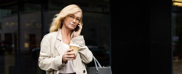 nainen-puhuu-puhelimeen-ja-juo-kahvia